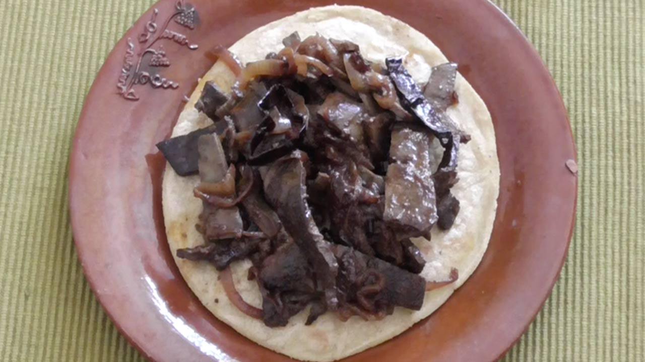 Tacos de hígado encebollado y chile pasilla